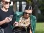 Miranda Kerr dá ajeitadinha no sapato e quase mostra demais em Paris