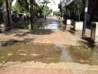 Água transborda e invade Calçadão da Rua Tenente Nicolau Maffei