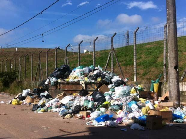 Lixo em rua de Santo André. (Foto: Letícia Macedo/G1)