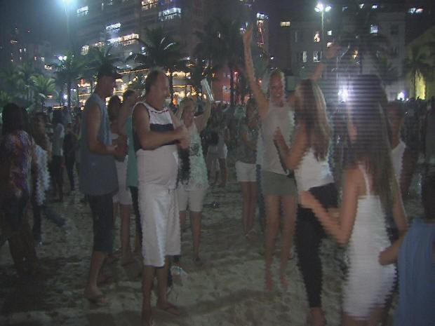 Turistas e moradores curtiram a virada na Praia Grande (Foto: Reprodução/ TV Tribuna)