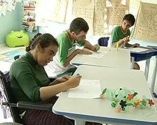 O Paulinho da Escola conferiu o bom exemplo de uma escola em Paraíba do Sul (Foto: Reprodução RJTV 1ª Edição)