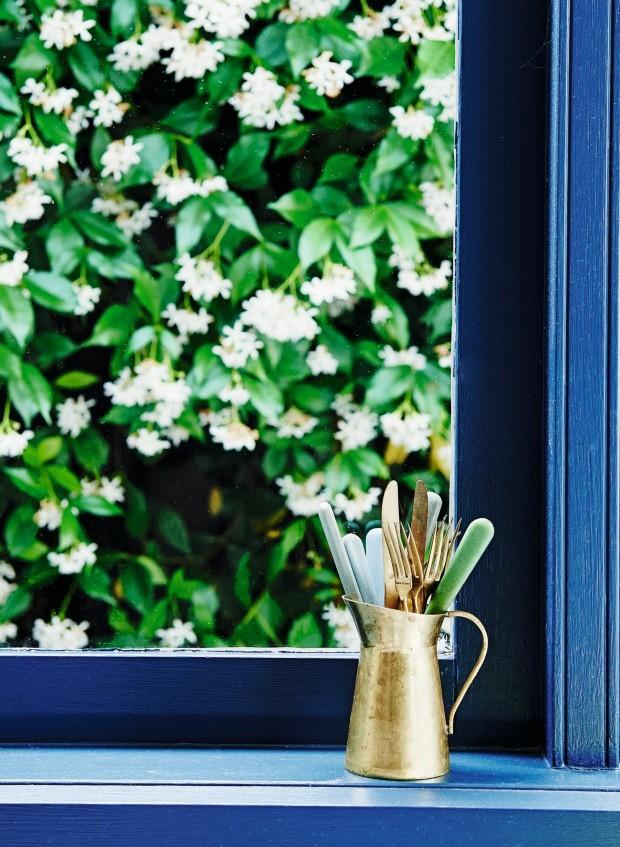Detalhes. A tinta escolhida é a Hague Blue, da Farrow and Ball. O jarro de leite feito de cobre e as colheres são garimpados (Foto: Lisa Cohen / Living Inside)