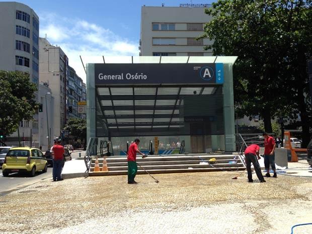 Funcionários fazem limpeza na estação do metrô, em Ipanema, antes da reabertura (Foto: Alba Valéria Mendonça/ G1)