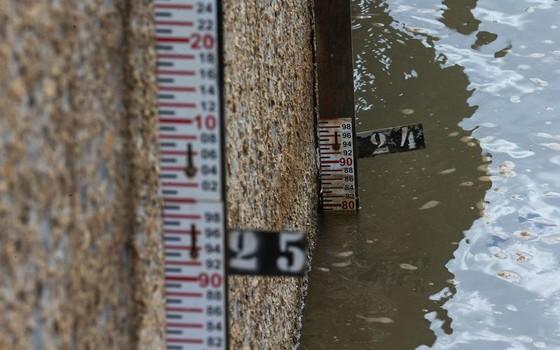 Régua mede nível de água da barragem de Descoberto, no Distrito Federal (Foto: Fabio Rodrigues Pozzebom/Agência Brasil)
