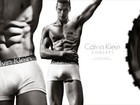 Modelo exibe abdômen sarado em campanha masculina da Calvin Klein