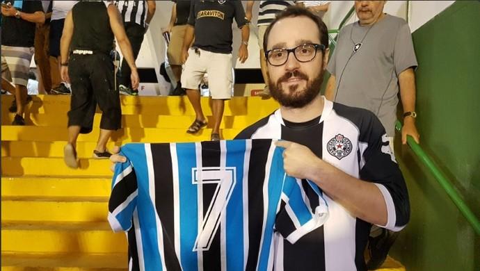 Torcedor gremista comparece ao Luso-Brasileiro para secar o Inter (Foto: Marcelo Baltar / GloboEsporte.com)