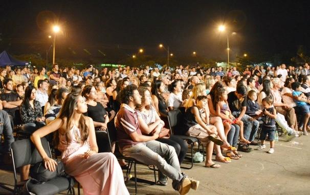 Moradores do Parque Atheneu se reuniram para assistir a apresentação da Orquestra Filarmônica de Goiás. (Foto: Valter Mustafé/TV Anhanguera)