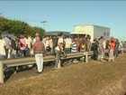 Candidatos ficam mais de 10h em fila por emprego e reclamam de demora