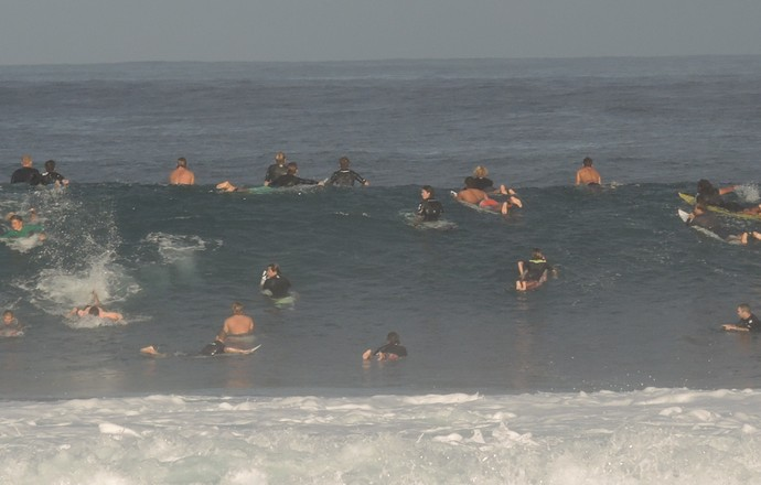 Treino Pipeline mar lotado surfe (Foto: David Abramvezt)