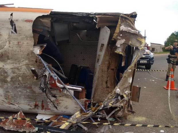 Micro-ônibus tombou após colidir lateralmente com carreta. (Foto: Antônio Bastos/O Liberal)