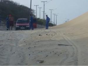 Duna tomou conta da estrada que dá acessó à Lagoa do Portinho (Foto: Gleitowney Miranda/blogdopessoa)