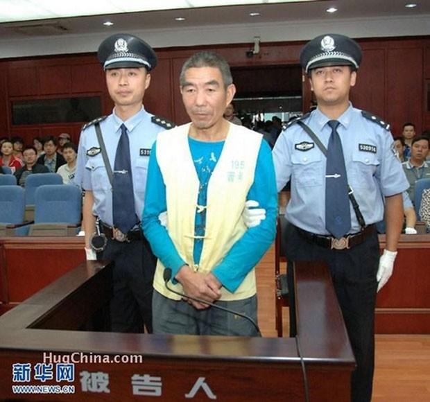 O chinês Zhang Yongming durante audiência em julho de 2012 na qual foi condenado à morte por ter matado 11 homens em quatro anos. (Foto: Reprodução)