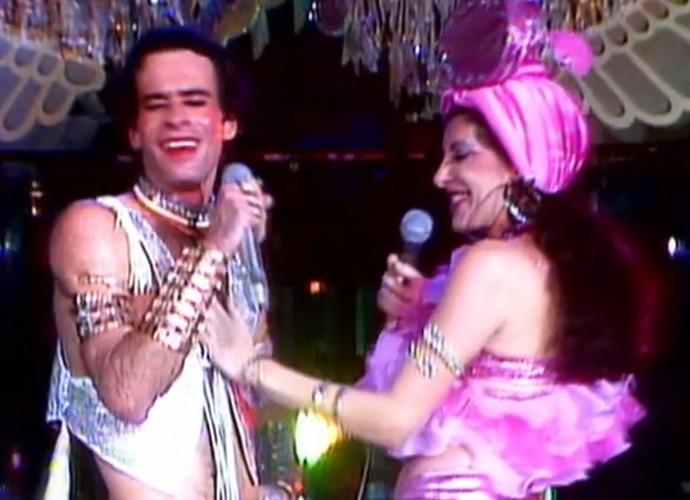 Marília Pêra homenageia Carmem Miranda ao lado de Ney Matogrosso (Foto: TV Globo)