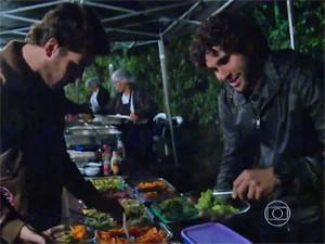 Pigossi e Dudu jantam no intervalo da gravação (Foto: Vídeo Show / TV Globo)