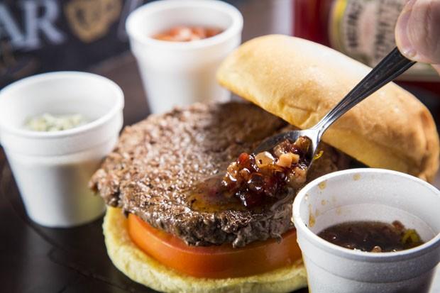 Receita: Hambúrguer com mel de bacon e três queijos (Foto: Divulgação)