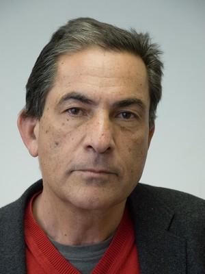 O escritor israelense Gideon Levy em seu escritório em Tel Aviv, em Israel. Crítico ferrenho da política de Israel em relação aos palestinos, Levy costuma atrair a fúria de leitores com sua coluna semana no jornal israelense Haaretz (Foto: Divulgação)