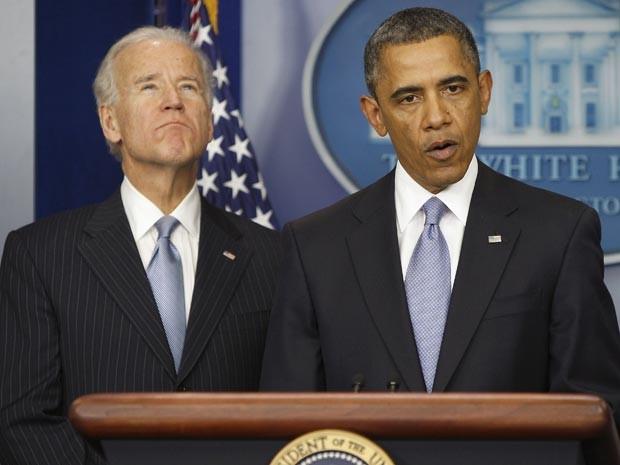O presidente dos EUA, Barack Obama, discursa ao lado do vice-presidente Joe Biden, após votação na Câmara dos Deputados para evitar 'abismo fiscal' (Foto: Reuters/Jonathan Ernst )