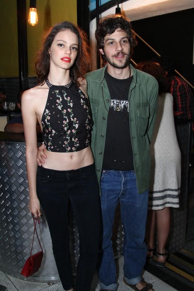 Chay Suede e Laura Neiva em show no Rio (Foto: AgNews)