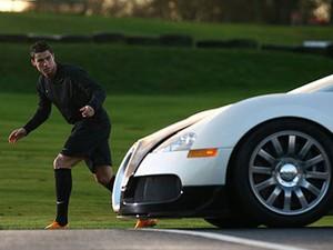 Cristiano Ronaldo tentava correr mais que carros (Foto: Divulgação)