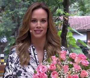 Ana Furtado conversa com paisagista que revela dicas para cuidar das flores (Foto: TV Globo)