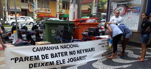 Campanha Vamos parar de bater no Neymar  (Foto: Jonatas Oliveira / tvtribuna.com)