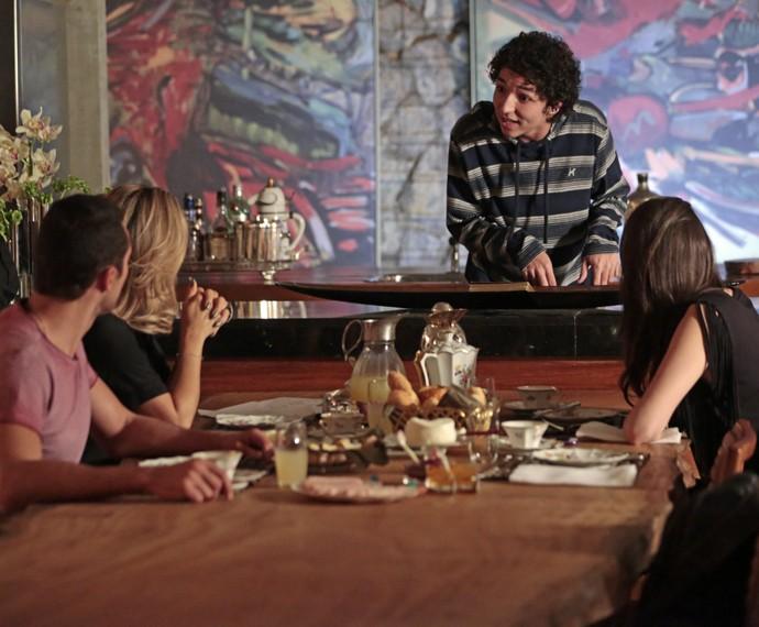 Bruno deixa a família assustada com seu comportamento (Foto: Felipe Monteiro / Gshow)