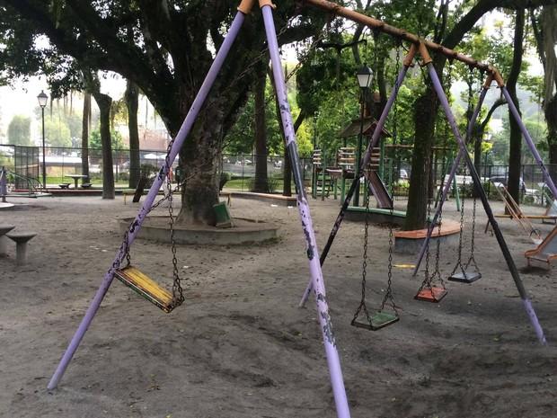 Corpo é encontrado na Praça da Liberdade, em Petrópolis (Foto: Bruno Rodrigues/G1)
