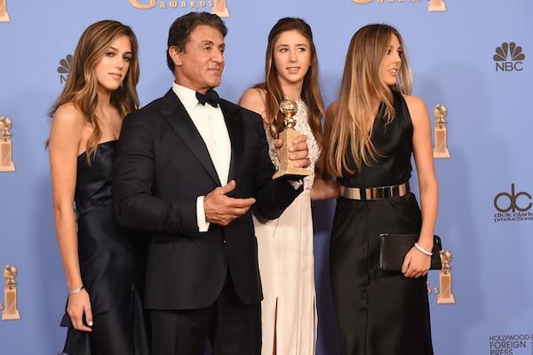 O ator Sylvester Stallone com suas três filhas no Globo de Ouro 2016 (Foto: Getty Images)