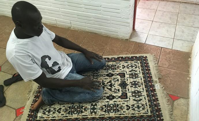 Senegalês Saian, funcionário do Passo Fundo, reza cinco vezes por dia virado para Meca (Foto: Guilherme Canal / Esporte Clube Passo Fundo)
