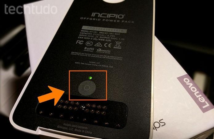 Moto Z: veja a carga da Moto Snap pelo botão próprio sem precisar acoplar no celular (Foto: Bárbara Mannara/TechTudo)