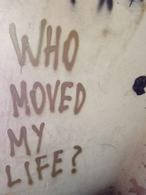 Renato pichou a parede do banheiro do local onde usa mãe trabalha com questionamentos e pedidos de perdão (Foto: Lívia Machado/G1)
