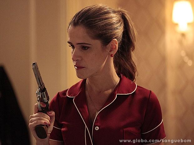 Tina fica transtornada e pega o revólver (Foto: Sangue Bom / TV Globo)