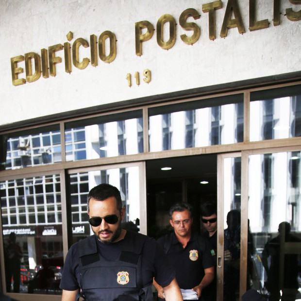 - Fundos de Pensão dos Correios.  Polícia Federal apreende documento no Edifício Postalis. (Foto: Jorge William /Ag. O Globo)