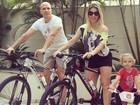 Sheila Mello e Fernando Scherer andam de bicicleta com a filha