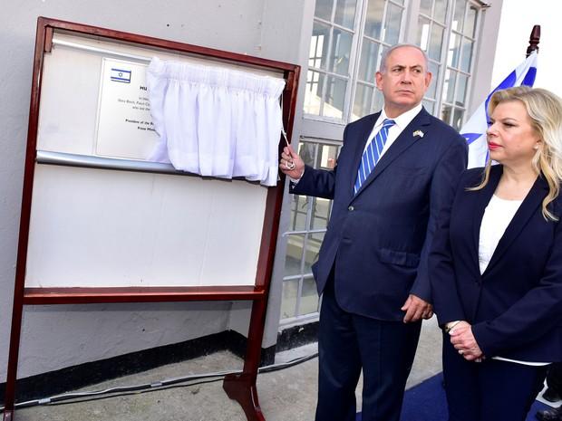 O primeiro-ministro de Israel, Benjamin Netanyahu, e sua esposa, Sara, inauguram placa comemorativa durante a celebração do 40º aniversário da Operação Entebbe, no aeroporto Entebbe, em Uganda, na segunda (4) (Foto: Reuters/Presidential Press Unit/Handout via Reuters)