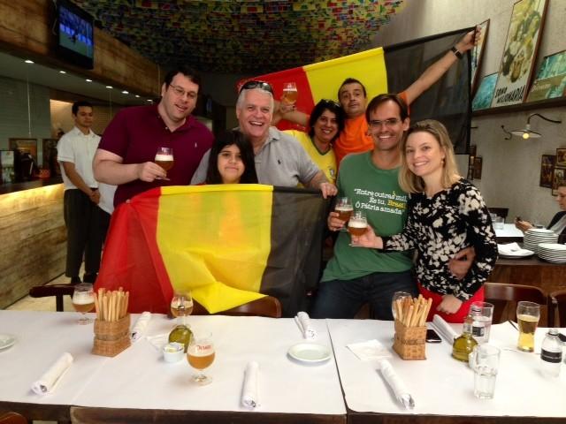 O belga Xavier com seus amigos cariocas, torcendo pela Bélgica (Foto: Cristiane Cardoso/G1)