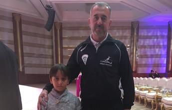 Refugiado famoso por chute e filho iniciam nova vida no futebol espanhol