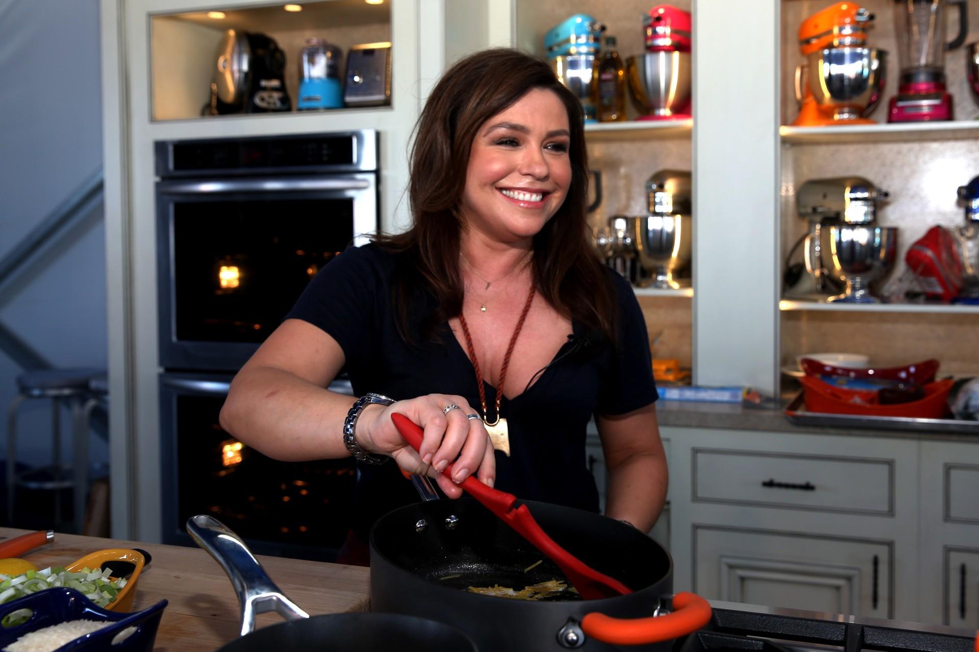 """A chefe de cozinha e apresentadora disse no programa 'Nightline', em 2009, sua decisão de não ter filhos. """"Tenho 40 anos e uma quantidade enorme de horas que dedico ao trabalho. Pessoalmente, precisaria de mais tempo para me sentir uma boa mãe. Já não dou a devida atenção ao meu cachorro, imagina para uma criança. Seria injusto, não somente para com o bebê, mas também para as pessoas com quem trabalho."""" (Foto: Getty Images)"""