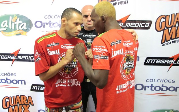 Ralph Loren e Sidney Abedi na pesagem do Jungle Fight 44 (Foto: Ivan Raupp / Globoesporte.com)
