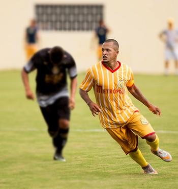 Souza está em sua primeira temporada com a camisa do Brasiliense, do DF (Foto: Michael Melo / Metropoles.com)