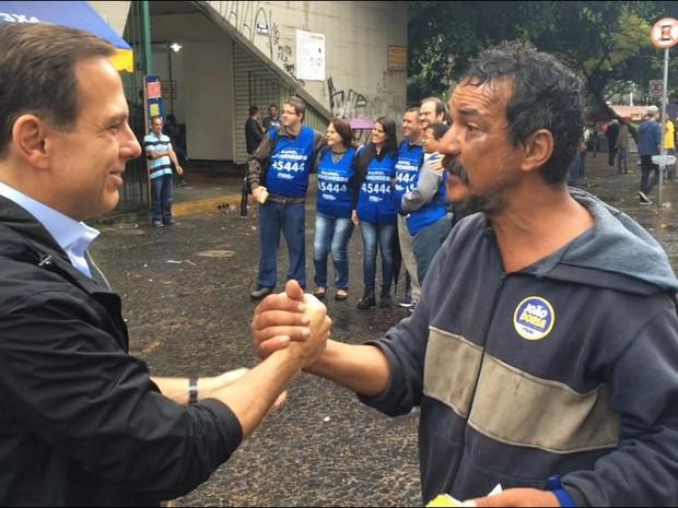 Doria cumprimenta o morador de rua Abimael de Jesus, na Sé, após visita ao Poupatempo (Foto: Will Soares/G1)