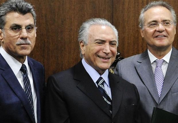 Os senadores Romero Jucá (PMDB-RR) e Renan Calheiros (PMDB-AL) ao lado do presidente Michel Temer (Foto: Marcelo Camargo/Agência Brasil)