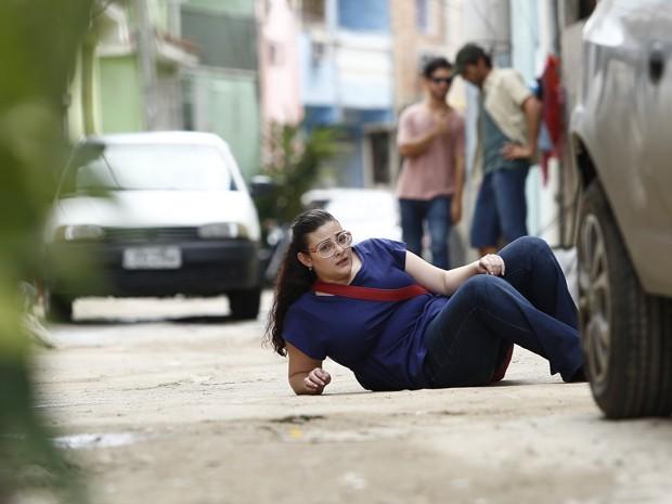 Enquanto tenta fugir, Bia cai no meio da rua (Foto: Raphael Dias/ Gshow)