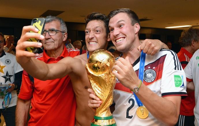 Ozil e Grosskreutz comemoração vestiário Alemanha (Foto: Getty Images)