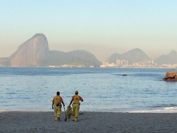 Funcionários limpar as areias da Praia de Icaraí, em Niterói (Foto: Matheus Rodrigues/G1)