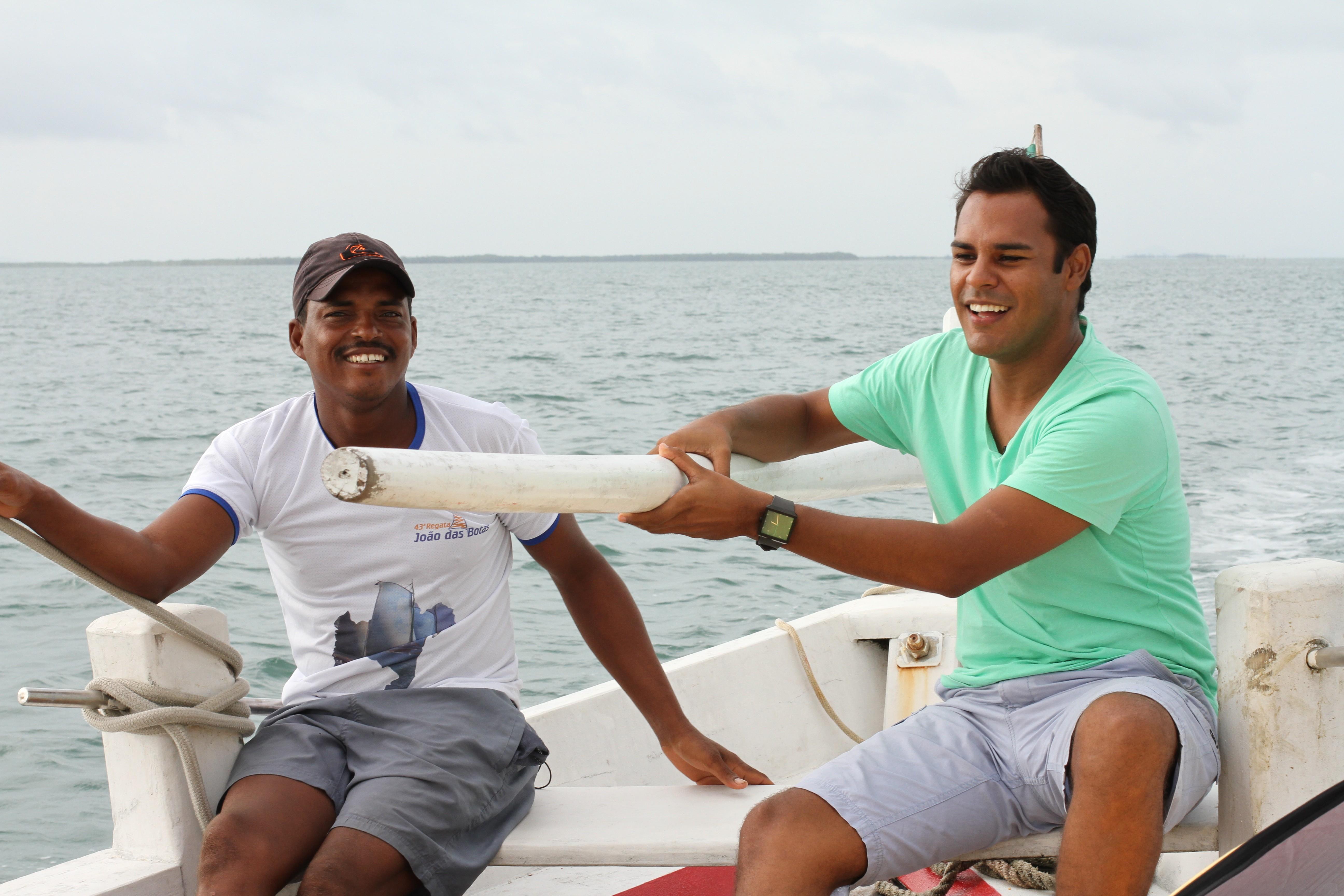 O repórter Pablo Vasconcelos e o mestre saveirista: história da embarcação (Foto: Divulgação)