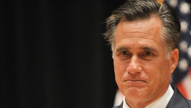 O candidato republicano à presidência dos EUA, Mitt Romney, faz campanha nesta segunda-feira (17) em Costa Mesa, na Califórnia (Foto: AP)