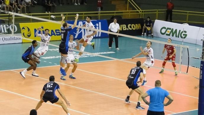 Lance do jogo entre Zenit, da Rússia, e Trentino, da Itália, na semifinal do Mundial (Foto: Marco Antônio Astoni - GloboEsporte.com)
