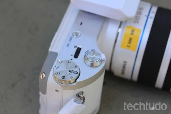 Fácil de configurar, os botões da câmera facilitam a vida do usuário  (Foto: Carol Danelli/TechTudo)