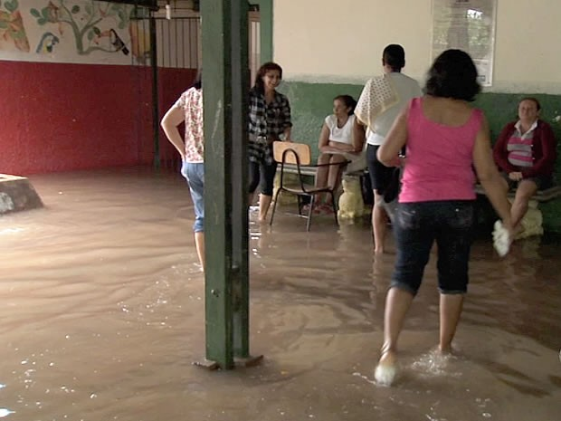 escola alagada em Cuiabá (Foto: Reprodução/TVCA)
